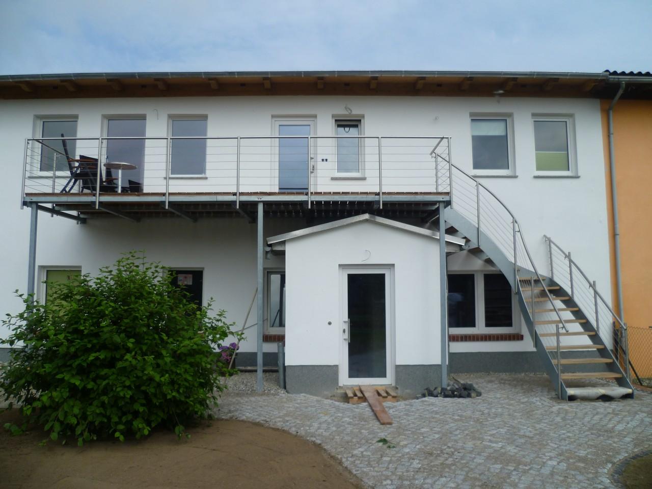 Stahlwangen-Außentreppe-verzinkt-mit-ES-Geländer-Lärchestufen-und-Balkon1