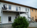 Stahlwangen-Außentreppe-verzinkt-mit-ES-Geländer-Lärchestufen-und-Balkon