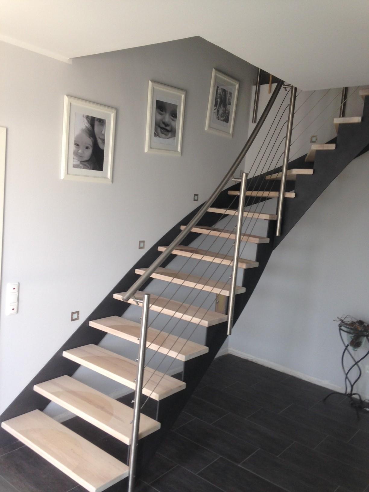 Stahlwangentr.-einseitig-aufgesattelt-Stufen-Esche-Hartwachsöl-weiß-ES-Geländer-Stufenfolien