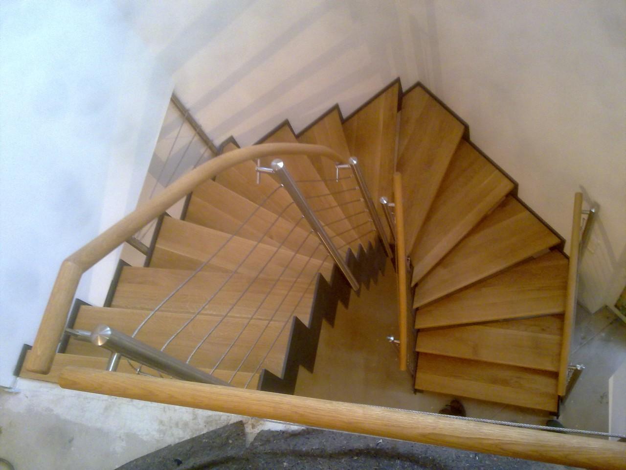 abgetreppte-Stahlwangentr.-ES-Pfosten-ES-Seilsystem-Holzhandlauf
