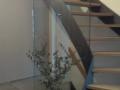 Stahlwangentr.-Eiche-geölt-ohne-Geländer-mit-Wandhandlauf-und-Glaswand