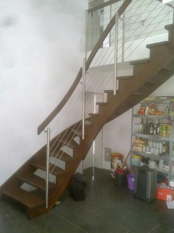 einseitig-aufgesattelt-ES-Seilgeländer-Holzhandlauf-Treppe-nussbaum-gebeizt
